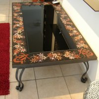 שולחן ברזל מעוצב בשילוב זכוכית