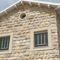 חלון בבית אבן מפרופיל ברזל בלגי