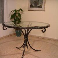שולחן ברזל בשילוב זכוכית