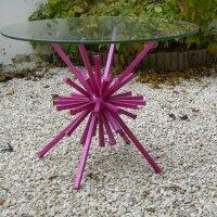 שולחן גינה עשוי ברזל ופלטת זכוכית