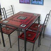 שולחן אוכל וכיסאות עשויים ברזל
