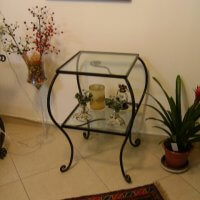 שולחן עשוי ברזל בשילוב זכוכית