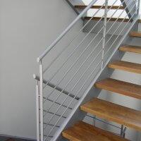מדרגות ומעקה ברזל בשילוב עץ
