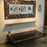 שולחן ומראה תואמת מברזל בכניסה לבית פרטי