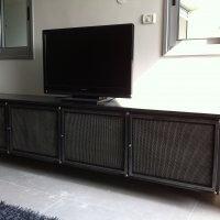 ארונית מזנון לטלויזיה עשויה ברזל