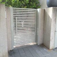 שער כניסה לבית פרטי מברזל צבוע לבן