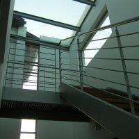 מדרגות ומעקה מברזל בבית פרטי