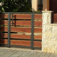 שער כניסה מברזל בשילוב עץ טבעי