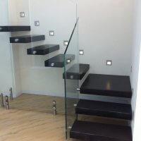 מדרגות ברזל עם מעקה זכוכית