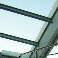 גג זכוכית עם מסגרת וקורות ברזל