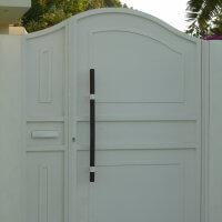 שער ברזל בכניסה לבית פרטי