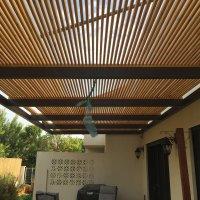 פרגולה עשויה ברזל במרפסת גינה של בית פרטי